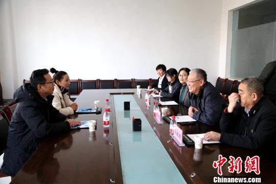图为青海省第四人民医院领导与受援方对接工作。 青海省第四人民医院 摄