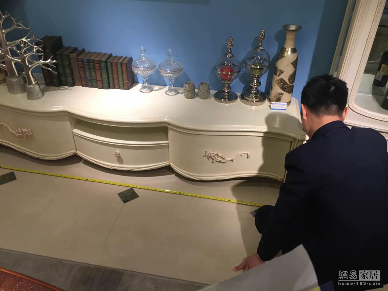四海家具销售人员就地测量