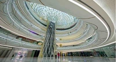 图2: 武汉汉街万达广场购物中心室内圆形金色中庭实景