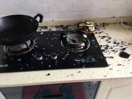 ▲玻璃爆裂后任先生的厨房一片狼藉