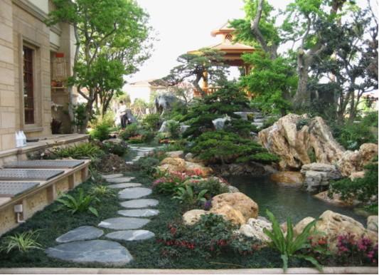 朋友的别墅园林设计是由和枫水木一手打造的,其品牌创始人就是郑既枫。和枫水木(www.hf-garden.com)是一家以个性化设计和精致施工为特色的园林景观专业企业,设有园林景观事业部和家庭园艺事业部,为我国江南地区优秀的综合性、整体性、一站式服务的专业景观营造公司。品牌创始人兼职景观总监郑既枫(园林工程师、国家注册建造师),有着十多年丰富的大型景观企业从事公园景区、风景旅游区、高级别墅小区及高尔夫球场景观设计及施工管理经验,对庭院设计以及私家园林设计有着丰富的经验。在从业过程中经常遇到私家别墅、会