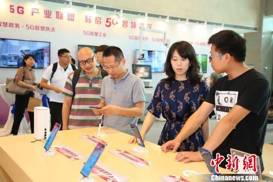 广东移动5G终端展台受到关注 索有为 摄