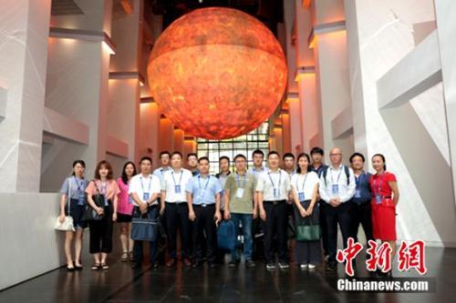 央企代表参观汉能清洁能源展示中心