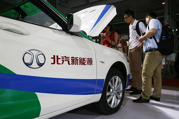 北京新能源这次的大规模融资颇有些令人意外。B轮增资完成后,北汽新能源共计有33家股东,合计持有其52.97726亿股股份。其中,北汽集团等8家国有及国有控股股东合计持有公司67.55%股份,员工持股平台持有公司0.41%股份,23家社会资本股份合计持有公司32.04%股份。