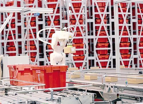 """智慧物流仓库引入""""好帮手""""——  最强拣货员是个机器人"""